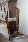 Blick auf gewendelte Holztreppe in rustikalem Ambiente