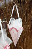 Spitze Tütchen aus Lampenschirmfolie & Stoffresten gefüllt mit Tüll als Weihnachtsschmuck