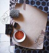 Moodboard aus Papier, Masking-Tape, Garnrolle und Stempeln in Schwarz-Weiß