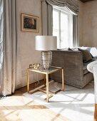 Art Deco Beistelltisch mit Tischleuchte in einem luxuriösen Wohnraum mit antiken Möbeln