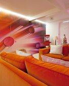 Tapete mit futuristischem 3D-Bild und versteckter Tür, zwei gegenüberstehende orangefarbene Sofas