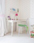 Klassischer Schreibtisch und Ghost Chair im hellen Kinderzimmer