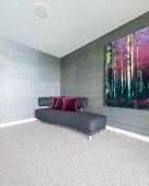 Geschwungenes Sofa mit dunkelgrauem Bezug in Zimmerecke vor tapezierter Wand in graubrauner Streifenoptik