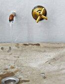 Wasserhahn und Armatur an Wand, über Waschbecken