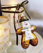 Windlicht dekoriert mit Samtband und Christbaumanhänger