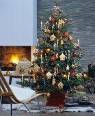 Üppig geschmückter Tannenbaum in Wohnzimmer mit brennendem Kamin