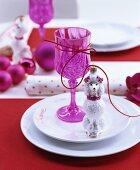 Weihnachtliche Tischdeko in Pink mit Christbaumkugeln und Baumanhängern in Hundeform