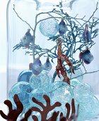 Märchenhafte Weihnachtsdeko: Glaskugeln, Zweige und Dekofische in Glasvase