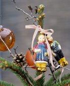 Tannenbaumspitze dekoriert mit Hänsel und Gretel als Christbaumfiguren