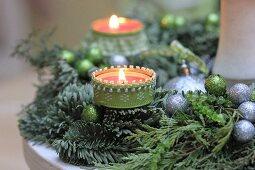 Selbstgeschmückter Adventskranz mit grünen und silbernen Dekokugeln