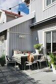Sonniger Sitzplatz an der Hausecke auf der Terrasse