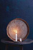 Alte Backform im Kerzenlicht als Weihnachtsdekoration