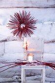 Roter Hartriegelkranz mit Ilexbeeren als winterliche Dekoration