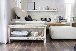 Schmaler, selbstgebauter Konsolentisch aus hellem Holz neben Sofa im Wohnzimmer