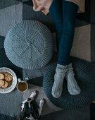 Selbstgestrickte Poufs aus Wollmischgarn zum Relaxen