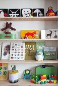 Kinderbücher und Spielsachen auf Regalablagen
