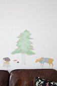 Wandtattoos mit Tiermotiven und Baummotiv über Ledersofa