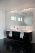 Waschtisch mit zwei Aufsatzbecken unter Wandspiegel in schwarz-weissem Designerbad