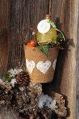 Pflanztopf aus Pappe mit einer Flasche als Geschenk