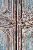 Antiker Holzschrank mit abgeblätterter Farbe (Ausschnitt)