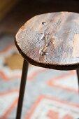 Vintage Hocker mit runder Holzsitzfläche