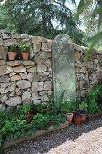 Mediterrane Steinmauer im Garten