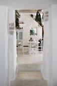 Blick in mediterranes Esszimmer mit weiß gekalkten Wänden