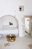 Mediterranes Schlafzimmer mit gemauerter Bettnische