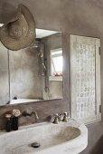 Grau getünchtes Badezimmer mit Steinwaschbecken