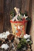 Selbstgestalteter Blumentopf dekoriert mit Weihnachtsmannmotiv