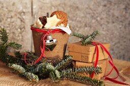Mit Pappe beklebter Tontopf als weihnachtliche Plätzchendose