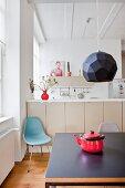 Blick vom Esstisch in die offene Küche