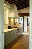 Blick in mediterrane Küche im Landhausstil mit Terracottaboden