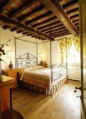 Himmelbett im mediterranen Schlafzimmer mit Holzdecke