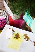 Weihnachtliche Girlande aus Korkfiguren auf einem Geschenk