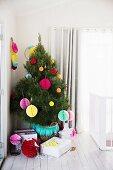 Bunt geschmückter Weihnachtsbaum mit Papierkugeln