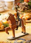 Historisches Weihnachtsspielzeug aus Holz: Ein Soldat auf einem Pferd