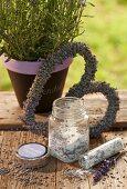 Herzförmiger Lavendelblütenkranz und Lavendelzucker