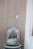 Stuhl mit Ornamenten im Shabby Chic vor Bretterwand