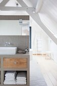 Badezimmer unter dem Dach mit Holzboden und Balkendecke