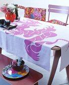 Esstisch im Asiastil, mit pinkem Drachen bedruckte Tischdecke