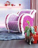 Schriller Sessel mit Blumenmuster in Pink und weißem Plüsch