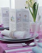 Gezeichnete Menükarte mit elegantem Serviettenring und Stoffserviette auf festlich gedecktem Tisch