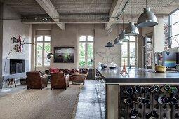 Blick von der offenen Küche in den Wohnbereich mit Ledersesseln