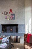 Verschiedene Reklamebuchstaben formen Bla Bla an der Wand