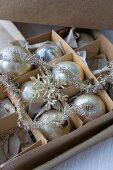 Schachtel mit antiken Christbaumkugeln