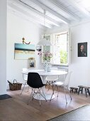 Retro Essplatz mit Klassikerstühlen um weissen Tulip Table in Zimmerecke und geöffnetem Fenster
