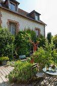 Sitzplatz auf der Terrasse im Garten vor einem Haus