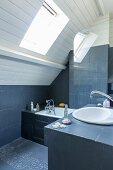 Zweifarbiges Bad unter dem Dach mit gemauerter Wanne