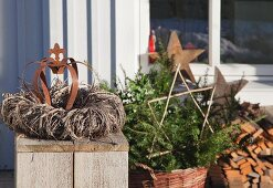 Wicker wreath and rusty crown on terrace